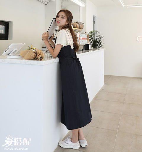 文艺复古风   搭配:长版背带裙+小白鞋