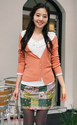 短裙+小开衫+裤袜 初秋最时尚搭配